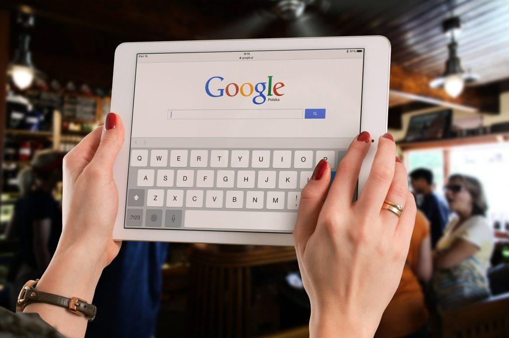 Google suggest permet d'avoir d'une manière semi-automatique des mots-clés par une recherche Google.